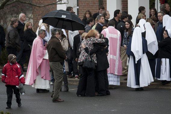 Des centaines de personnes ont assisté à la messe de dimanche à l'église Saint Rose of Lima. Les gens se recueillent et se réconfortent à la sortie de l'église. (François Pesant, collaboration spéciale)