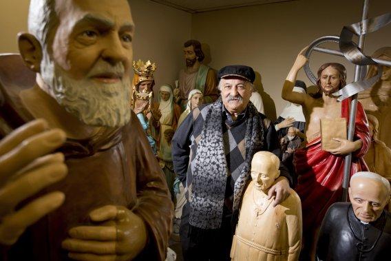 Giovanni Filippelli, dans son atelier de Terrebonne, entouré de sa petite «famille». M. Filippelli est le dernier statuaire commercial de la région de Montréal, peut-être même du Canada. (Photo: Alain Roberge, La Presse)