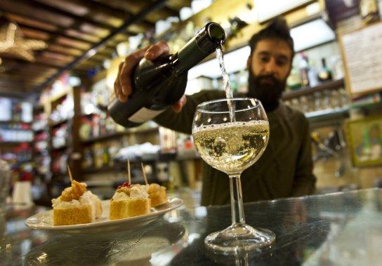 Comme dans tous les bars à vin vénitiens, le prosecco est l'un des apéritifs les plus populaires à la Cantinone già Schiavi (aussi appelée al Bottegon), dans le secteur Dorsoduro. (Martin Chamberland, La Presse)