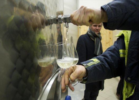 Le sommelier Mario Piccinin observe le viticulteur Giovanni Frozza. (Martin Chamberland, La Presse)