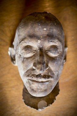 Masque mortuaire du peintre Clarence Gagnon fabriqué par Pierre Petrucci. (Photo: Olivier Pontbriand, La Presse)