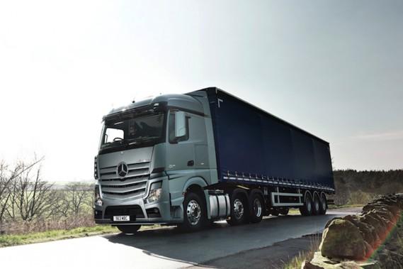 Le Mercedes-Benz Actros, un poids-lourd mu par un moteur V8 diesel de 16 litres de  503 chevaux.