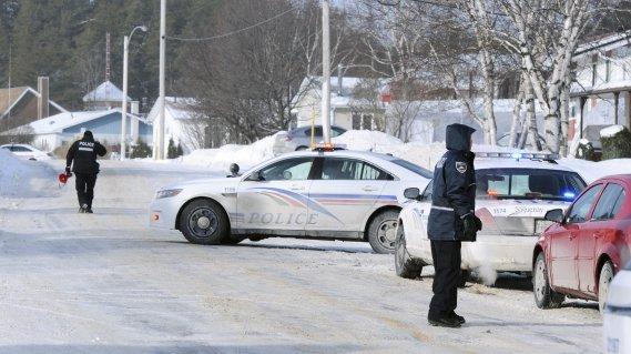 Un périmètre de sécurité a été établi au coin des rues Lalande et Vimy afin d'empêcher les citoyens de circuler librement. (Photo Mariane St-Gelais)