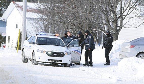 Après près de quatre heures de siège, l'homme s'est présenté à l'une des fenêtres de la maison et a fait signe aux policiers. (Photo Mariane St-Gelais)