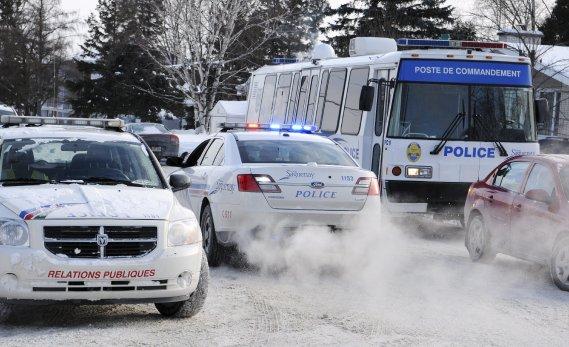 « Nos responsables lui ont indiqué la façon de procéder pour sortir de la maison et de se rendre. Tout s'est fait correctement, sans aucun problème », indique le porte-parole de la Sécurité publique de Saguenay, Bruno Comier. (Photo Mariane St-Gelais)