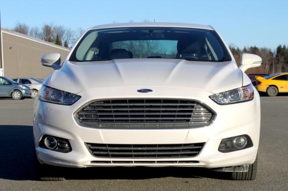 C'est vu de l'avant que la Ford Fusion affiche son plus beau visage.