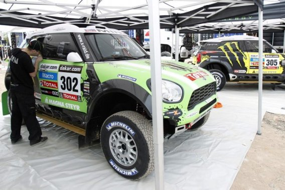 Des mécanos s'affairent sur les Mini du champion français Stéphane  Peterhansel et de son compatriote Jean Paul Cottret avant l'inspection  technique du rallye Dakar 2013, à Lima, mercredi.