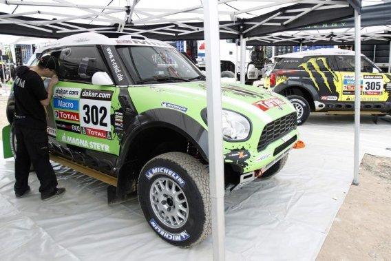 Des mécanos s'affairent sur les Mini du champion français Stéphane  Peterhansel et de son compatriote Jean Paul Cottret avant l'inspection  technique du rallye Dakar 2013, à Lima, mercredi.