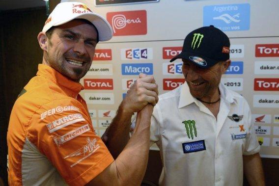Les deux Français tenants du titre au Dakar, Cyril Després (à gauche) à moto et Stéphane Peterhansel en auto, tenteront à nouveau de remporter le plus grand rallye-raid au monde.