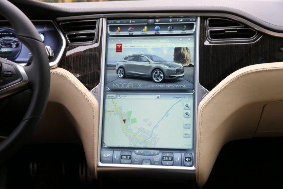 Le constructeur de voiture électrique de luxe Tesla embarque déjà des solutions intégrant Google Maps.