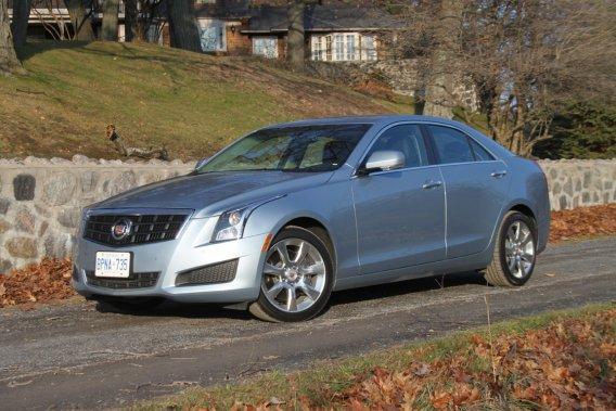 Les dimensions de la nouvelle Cadillac ATS sont trompeuses. Or, il s'agit bel et bien d'une compacte moins grosse qu'une Honda Accord et juste un peu plus grande qu'une Chevrolet Cruze.