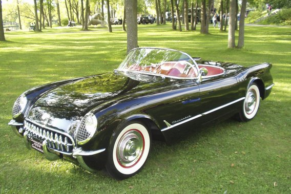 Une des quatre Corvette 1954 sorties de l'usine habillées de noir. C'est la naissance de l'automobile sport américaine de l'après-guerre.