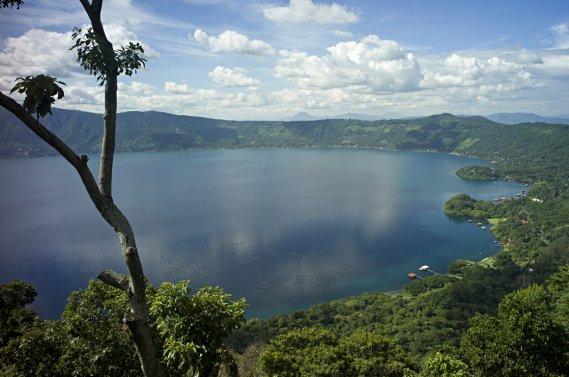 Sur la route vers le sommet du volcan de Cerro Verde on trouve des vues du Lago Coatepeque qui est situé au fond d'un cratère de plus de 20 km de diamètre. (Photo: David Boily, La Presse)