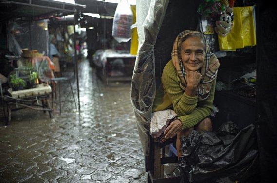 Au marché public du village de Nahuizalco, une dame se met à l'abri de la pluie pour vendre ses produits. (Photo: David Boily, La Presse)