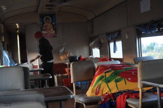 Pendant que j'attendais mon déjeuner, un Birmanien dormait encore sous la couverture à droite. À l'arrière, mon cuisinier favori qui préparaît mon omelette. (Claude Gill)