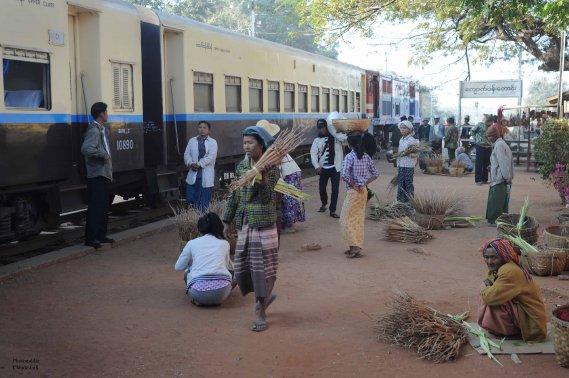 Un petit moment d'arrêt dans une quelconque gare avant d'arriver à Bagan. Nous apercevons aussi mon wagon sleeper juste derrière la locomotive. (Claude Gill)