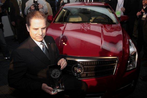 Dave Leone, l'ingénieur en chef de Cadillac, pose devant une ATS avec le trophée de la voiture nord-américaine de  l'année.