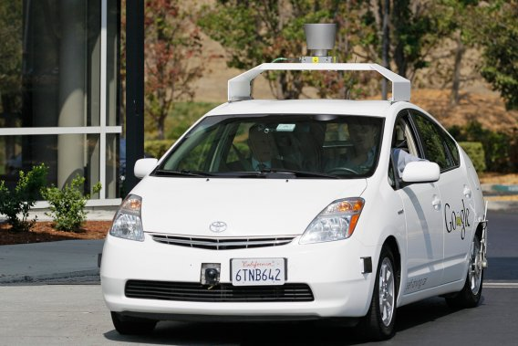 Google teste depuis 2010 déjà des prototypes à conduite automatisée dans le Nevada, en Floride et en Californie. L'entreprise a plus de 500000km d'essais, sans accident, à son actif.