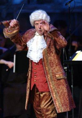 L'orchestre de chambre I Musici et son chef Yuli Turovsky, déguisé ici en Mozart en 2005. (Photo: Patrick Sanfaçon, archives La Presse)