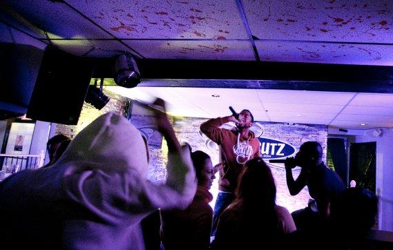 Karma Atchykah, en rouge, et Dirty Taz, en noir, lors d'une prestation. (Marco Campanozzi, La Presse)