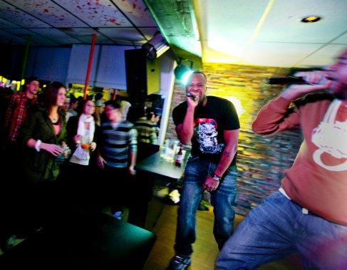 Plusieurs membres du label Silence d'or donnent un spectacle dans un bar de Beauharnois. Sur la photo, Karma Atchykah, en rouge, et Dirty Taz, en noir. (Marco Campanozzi, La Presse)
