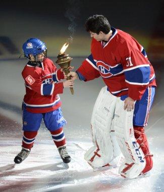 Carey Price a remis le flambeau à un jeune patineur lors de la présentation des joueurs. (PHOTO BERNARD BRAULT, LA PRESSE)