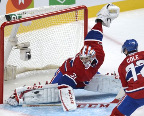 Carey Price vole un but aux Leafs sous les yeux d'Erik Cole. (PHOTO BERNARD BRAULT, LA PRESSE)