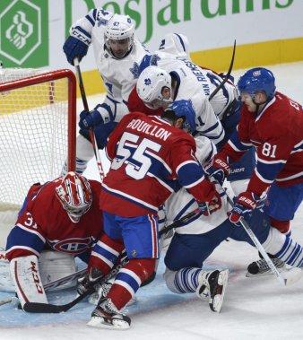 Francis Bouillon et Lars Eller viennent en aide à leur gardien Carey Price alors que trois joueurs des Maple Leafs se pressent devant son filet. (PHOTO BERNARD BRAULT, LA PRESSE)