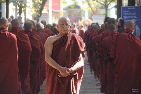 Probablement un moine supérieur qui veillait au bon déroulement de l'ordre des choses. Amarapura. (Claude Gill)