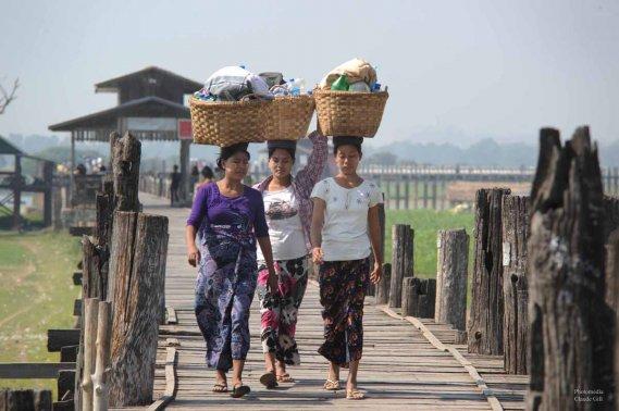 Le pont d'U Bein enjambant le lac Taungthaman érigé en 1849 et faisant 1200 mètres entièrement construit de teck. Amarapura. (Claude Gill)