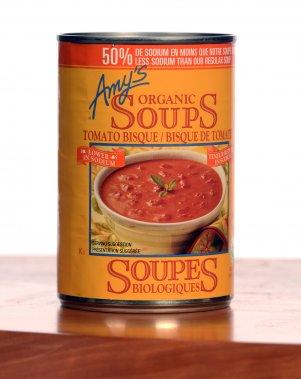 Amy's: Bisque de tomates réduite en sodium (bio). 2,50$ pour 398 ml. Note: 3,5/5  On ne remettra plus jamais de crème de tomates Campbell's dans notre panier d'épicerie après avoir essayé celle-ci, beaucoup plus intéressante. On a aimé son onctuosité, ses beaux morceaux de tomate et sa touche de basilic. Dommage que, si on a pensé à réduire la teneur en sel, on n'ait pas hésité à ajouter du sucre. Beaucoup... (Photo La Presse)