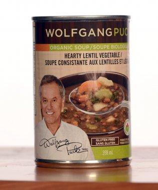 Wolfgang Puck: Soupe consistante aux lentilles et légumes (bio). 3,19$ pour 398 ml. Note: 3,5/5  Extrêmement consistante, cette soupe rappelle celles servies dans les centres de ski de fond l'hiver, parfaites pour se réchauffer et refaire le plein d'énergie. En fait, la soupe tient presque de la potée de lentilles, tellement elle est épaisse, mais très savoureuse, quoique très salée. On regrette qu'il n'y ait pas plus de légumes. (Photo La Presse)