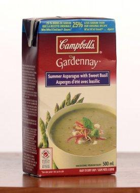 Gardenay de Campbell's: Asperges d'été avec basilic. 2,50$ pour 500 ml. Note: 1/5  Le carton annonce des asperges d'été, mais le goût se rapproche plutôt de celles en conserve, et le basilic n'est guère plus savoureux. La présence de beurre et le parmesan n'arrangent pas les choses, car ils rappellent surtout la poudre de lait. Un essai qu'on ne répétera pas. (Photo La Presse)