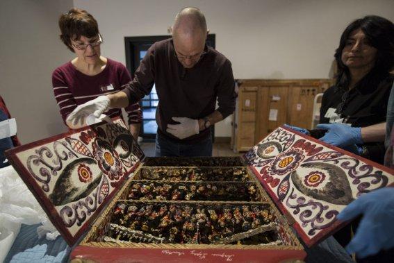 Les techniciens déballent et vérifient le bon état d'une oeuvre. (Photo: Édouard Plante-Fréchette, La Presse)