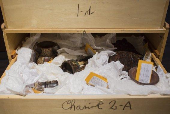 Caisson contenant différents objets cérémoniels datant du 15e au 18e siècle. (Photo: Édouard Plante-Fréchette, La Presse)