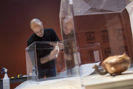 Marcel Marcotte, technicien aux installations, lave avec précaution les plastiques protecteurs qui couvrirons les oeuvres. (Photo: Édouard Plante-Fréchette, La Presse)
