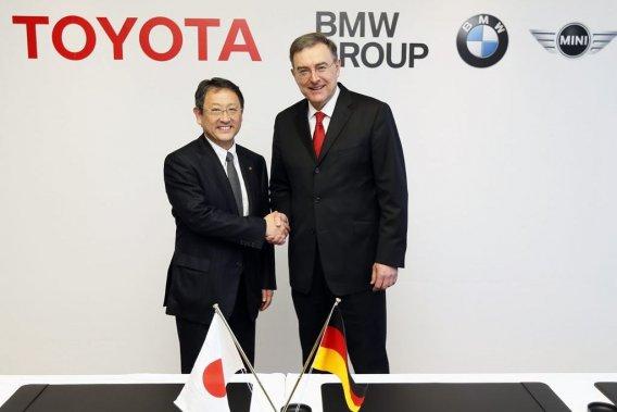 Le président de Toyota, Akio Toyoda, en compagnie du président du conseil d'administration de BMW, Norbert Reithofer.