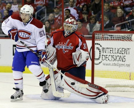 David Desharnais (51) obstrue la vue de Michal Neuvirth (30) sur le but de Josh Gorges. (PHOTO ALEX BRANDON, AP)