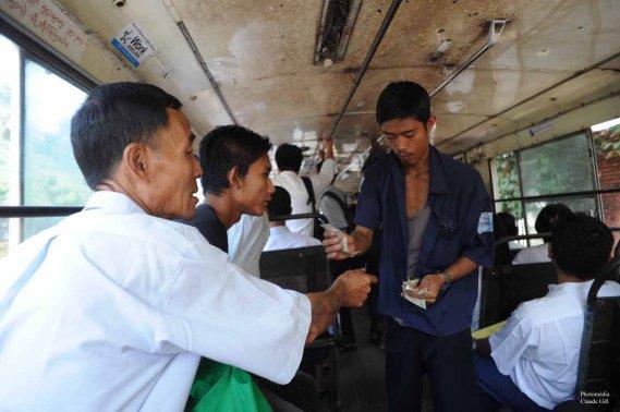 J'ai pris le bus local pour me déplacer dans Yangon. En compagnie de Anne, nous étions les plus pâles à prendre siège dans ce tas de ferraille ambulant. (Photo: Claude Gill)