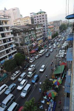Une vue partielle que j'avais de mon balcon à Yangon downtown. Je vous le répète, j'ai adoré ce balcon du septième étage. (Photo: Claude Gill)