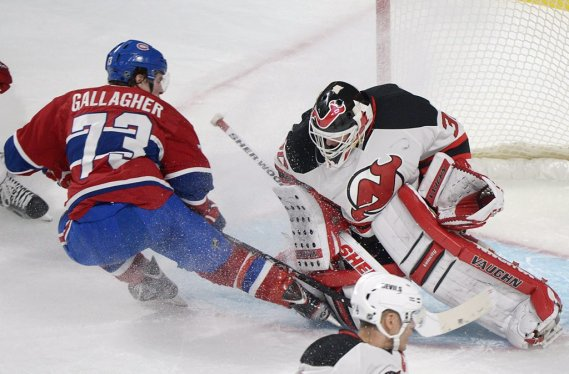 Gallagher revient titiller le gardien des Devils. (Photo Graham Hughes, PC)