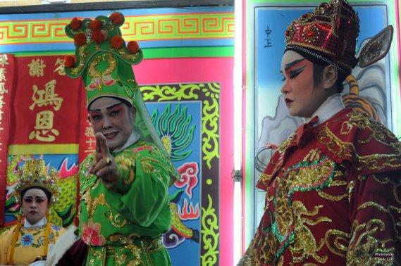 Un genre de comédie musicale à l'entrée d'un temple chinois où il y avait une cérémonie très étrange à mes yeux. Étrange aussi à ma caméra, ils m'ont interdit la prise de photo à l'intérieur du temple. Chinatown, Bangkok. (Photo: CLaude Gill)
