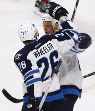 Blake Wheeler celèbre son but avec Olli Jokinen. (Photo Olivier Jean, La Presse)