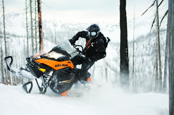 La Ski-Doo Summit REV-XM est une motoneige de montagne.