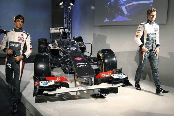 Esteban Gutierrez etNico Hulkenberg autour de la nouvelle monoplace de Sauber.