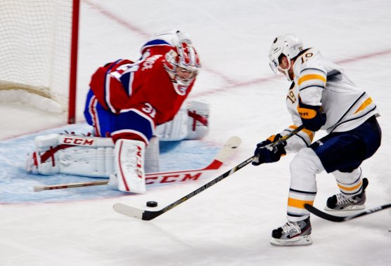 Carey Price frustre Cody Hodgson. (Photo Marco Campanozzi, La Presse)