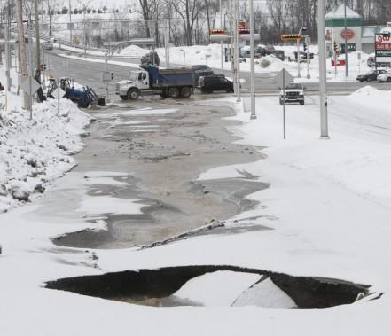 Bris d'aqueduc majeur sur le boulevard de La Vérendrye à Gatineau. (Simon Séguin-Bertrand, LeDroit)