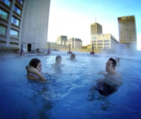 La piscine extérieure chauffée de l'hôtel Hilton. (Bernard Brault, La Presse)