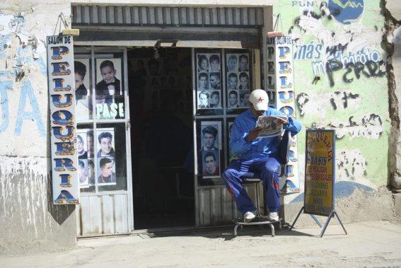 Un coiffeur attend ses clients, dans les hauteurs de La Paz. (Photo Sylvain Sarrazin, La Presse.)