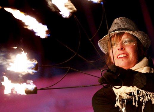 La foule a eu droit à des feux d'artifice ainsi qu'à des acrobates qui jonglaient avec le feu au rythme de la musique de D.J. (1er février) (Le Soleil, Yan Doublet)